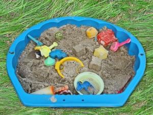 Alter Sandkasten als Sandbad für Hühner verwenden