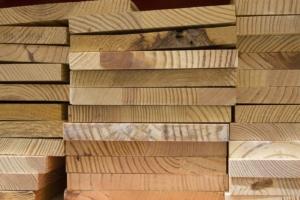 Holz zum Bau eines Hühnerstalls